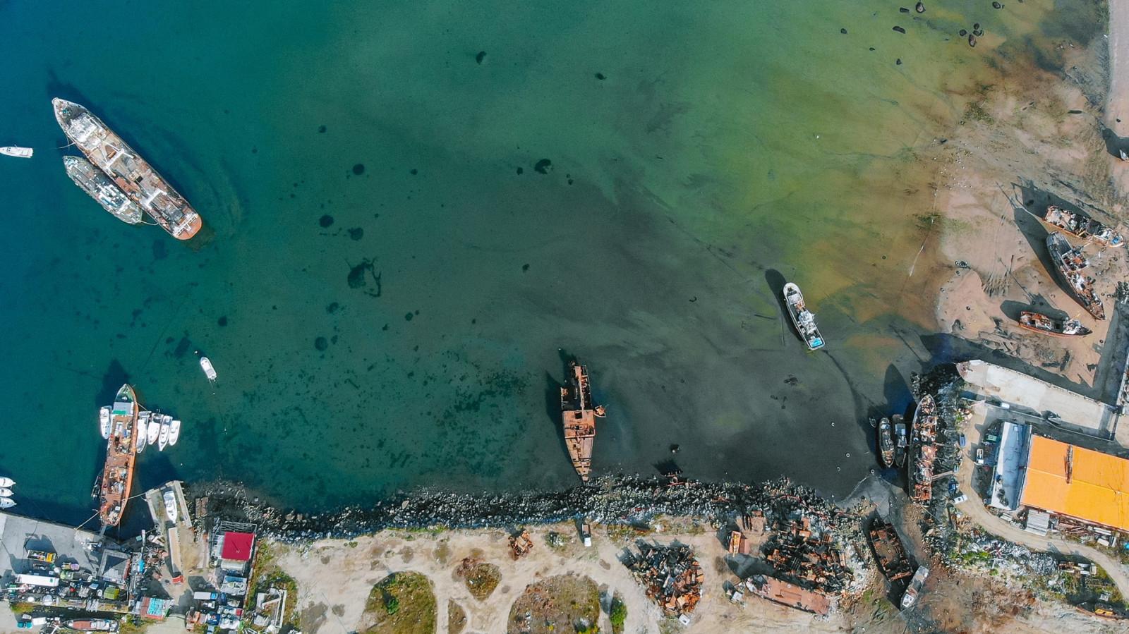Специалисты продолжают очистку бухты Нагаева от затонувших судов